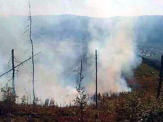 Hasiči bojujú s rozsiahlym požiarom, práce komplikuje terén