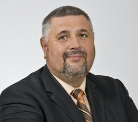 Smutná správa pred voľbami: Zomrel poslanec, nahradiť ho môže humorista Andrásy