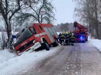 TV Prima: Cisterna dobrovolné jednotky zRožmitálu pod Třemšínem nabourala do stromu, dva hasiči jso