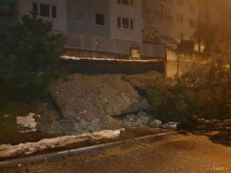 Na Dlhých dieloch a Vančurovej ulici spadli časti oporného múru