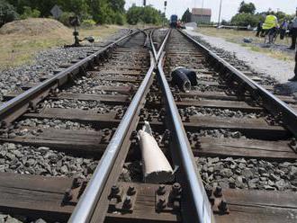 Vlak zabil ženu sediacu na koľajnici, ďalší sa zrazil s autom