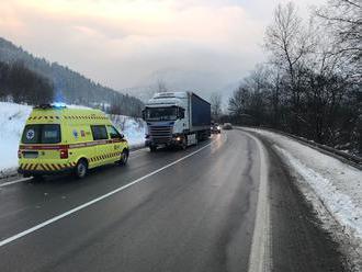 Policajt v reflexnej veste prišiel pomôcť, zachytil ho kamión s ukrajinským vodičom