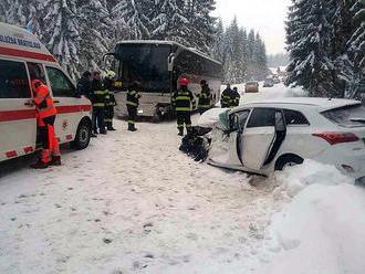Pozor na cestách: Pri Oravskej Polhore sa zrazilo auto s autobusom plným detí