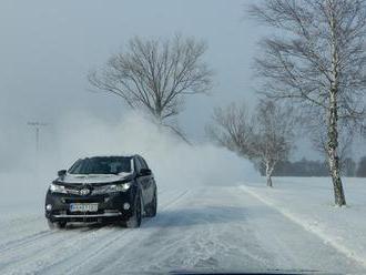 Cestári upozorňujú na silné sneženie na severe Slovenska