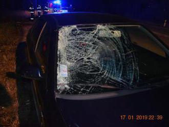 Foto: Vodič zastal pri ceste a vystúpil z auta, zrážku s Octaviou neprežil