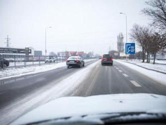 Na horských priechodoch je utlačený sneh, v iných oblastiach Slovenska sú potrebné snehové reťaze