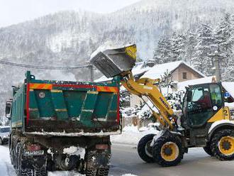 Sever Slovenska pod návalmi snehu, tisíce ľudí sú bez elektriny