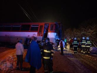 Osobný vlak sa zrazil s kamiónom, hlásia zranených