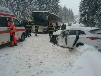 Autobus plný detí sa na Orave zrazil s osobným autom