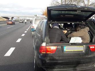 Auto s ôsmimi Iračanmi na D2 uniklo slovenským policajtom