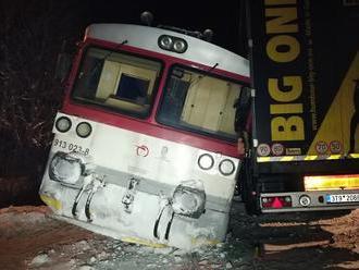 Kamión nedal včera večer prednosť vlaku a vykoľajil ho