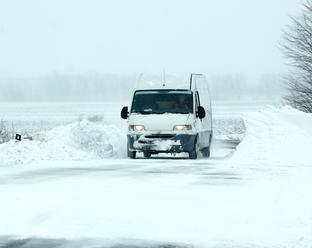 Meteorológovia varujú pred snehovými jazykmi, závejmi a nízkymi teplotami: Upozornenie pre vodičov