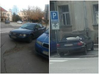 Parkovanie na chrapúňa priamo pred policajnou stanicou: FOTO Po upozorení čitateľa prišiel trest