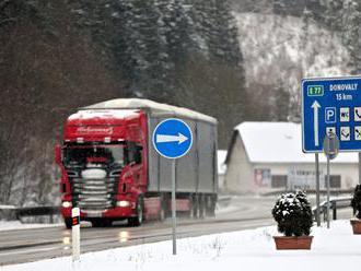 Donovaly sú neprejazdné pre dlhé vozidlá a na niektorých úsekoch sú nutné snehové reťaze