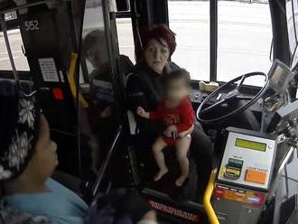 Matka nechala vonku v zime bosé dieťa. Zachrániť ho musela vodička autobusu