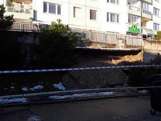 Na bratislavských Dlhých dieloch spadla časť oporného múru v blízkosti bytovky