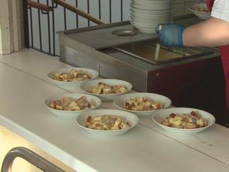 Zadarmo obedy nefungujú všade: Rodičia niekde musia aj doplácať