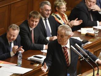 Poslance zaměstná návrh rozpočtu, promluví k nim Zeman - video