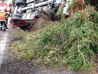 Nedaleko Slavíkova došlo knehodě hasičské cisterny ze Zlínského kraje a nákladního vozidla