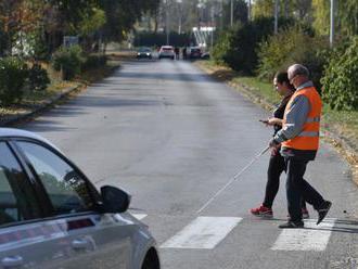 Moderné vozidlá predstavujú bezpečnostný problém pre nevidiacich