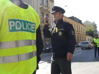 Ekologickí aktivisti zablokovali premávku v Prahe,prilepili sa k ceste