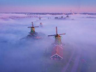 Holandské veterné mlyny v hmle sú skutočne magické