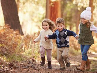 Nechajte deti skákať po kalužiach a hrať sa v blate