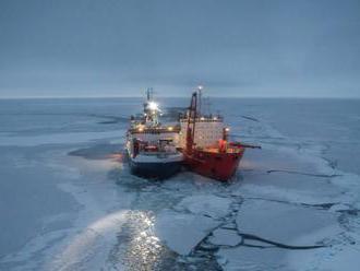 Výskumná loď RV Polarstern našla ľadovú kryhu na založenie základne