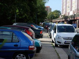 V Petržalke parkujú autá mimo oficiálnych miest, dokazujú to dáta