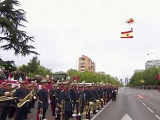 Národné oslavy v Španielsku: Parašutista sa zamotal do verejného osvetlenia