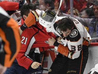 Hathaway si v NHL za plivnutí na soupeře tři zápasy nezahraje