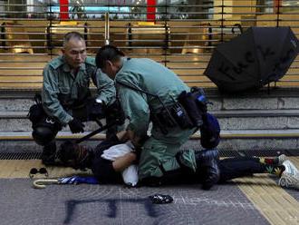 Polícia v Hongkongu zasahovala proti demonštrantom