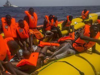 Britské rady zadržali plavidlo s 22 migrantmi na palube