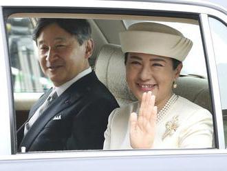 Davy ľudí vítali nového japonského cisára na slávnostnom sprievode