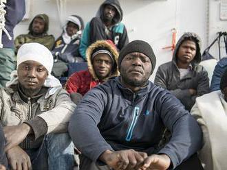 Britské úrady zadržali plavidlo s 22 migrantmi na palube