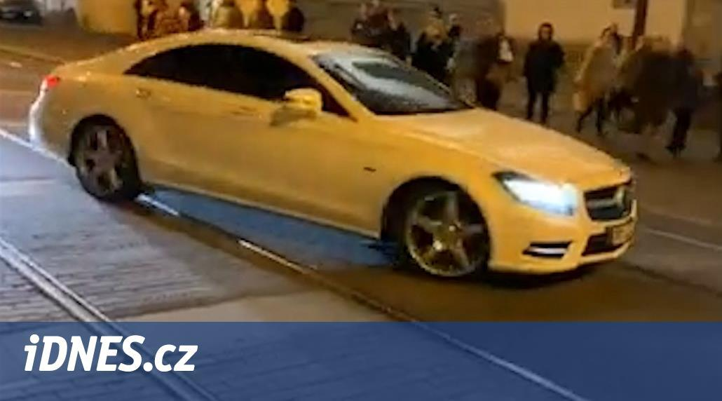 Řidič blokoval autem koleje v centru Brna, bránil průjezdu tramvají