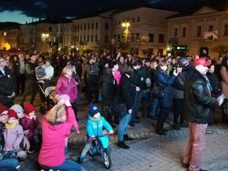 November si ľudia pripomenuli mítingami na námestiach