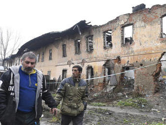 FOTO Zrútila sa strecha obytného domu: V meste pretrváva mimoriadna situácia