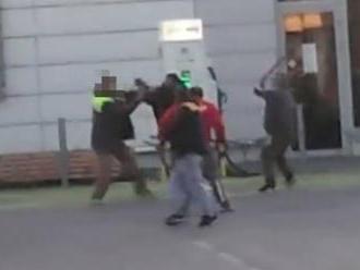 VIDEO Šokujúce zábery z Malaciek: Hromadná bitka, muži na seba zobrali lopaty!