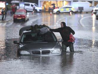 Záplavy v Anglicku: Na niektorých miestach hrozí smrteľné nebezpečenstvo