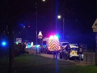 Muž v britskom meste Loughton vyšiel s autom na chodník a usmrtil 12-ročného chlapca
