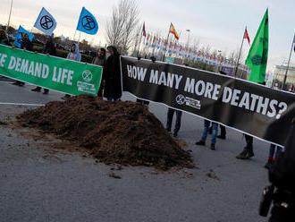 Pred budovu, kde sa koná klimatický summit OSN, vysypali aktivisti konský trus