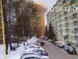 Bezpečnostná kamera reštaurácie zachytila moment výbuchu v prešovskej bytovke: Dve desivé VIDEÁ