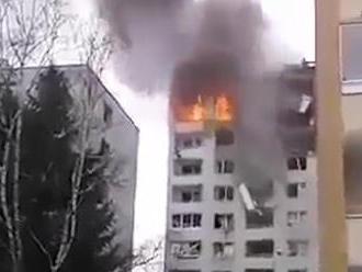 Z bytovky, v ktorej vybuchol plyn, vypadol človek