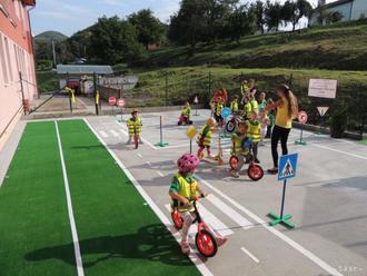 Deti z Jelky sa rozprávali s preventistkou o zásadách cestnej premávky