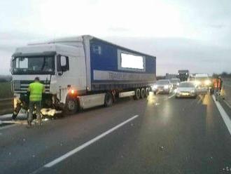 HAVÁRIA NA D2: Zrazilo sa niekoľko áut a kamión, diaľnica je uzavretá