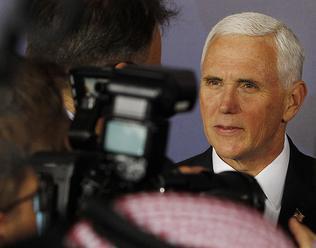Mike Pence vyzval spojencov v Európe, aby odstúpili od jadrovej dohody s Iránom