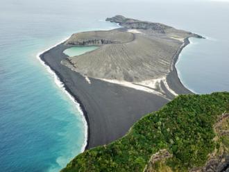 Vedci NASA skúmajú záhadné bahno na novom ostrove