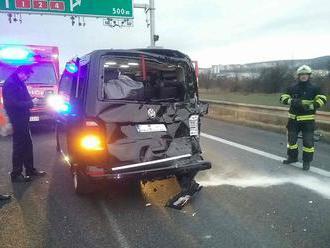 Na D2 havarovali viaceré autá i kamión, diaľnicu museli uzatvoriť