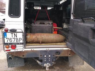 FOTO Veľké prekvapenie pri nakladaní odpadu: V kovošrote našli cvičnú leteckú bombu